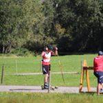 Simon Zberg erhält Schiesskorrekturen von Trainer Chrigu Stebler